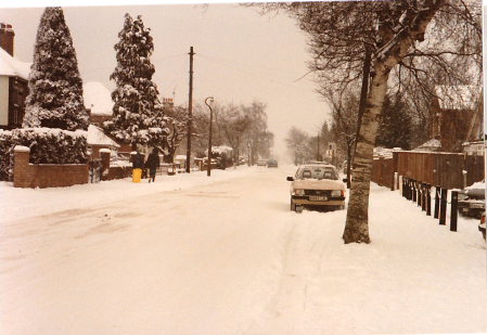 Woodside Rainham Kent Snow 1987 outside Spyglass and Kettle pub